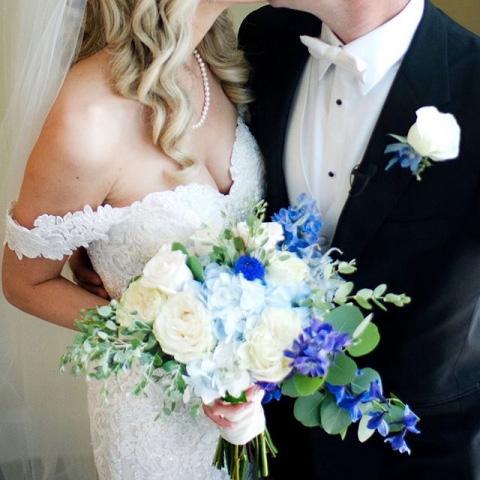 boda con rosas azules y blancas