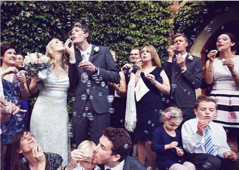 Boda siendo celebrada con burbujas