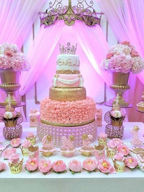 decoración rosa para fiesta de 15 años con temática de princesa
