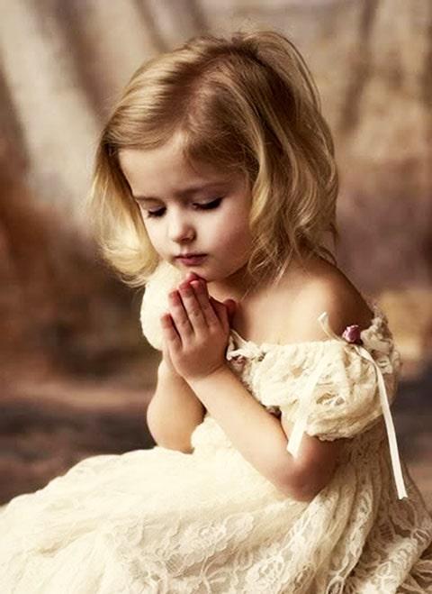 Recuerdo para primera comunión, llavero de niña rezando con una paloma entre sus manos