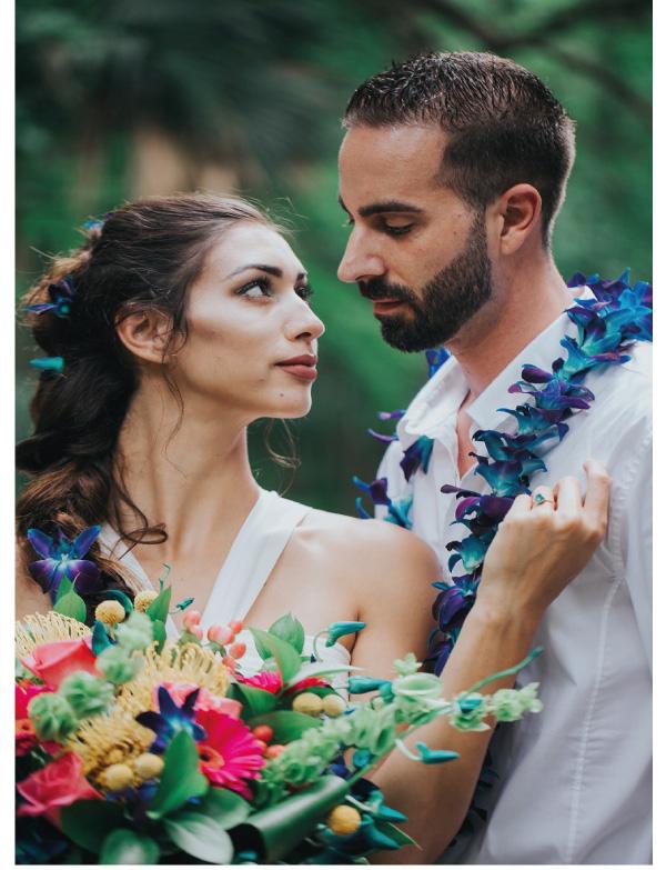 pareja con collares estilo hawái mirándose
