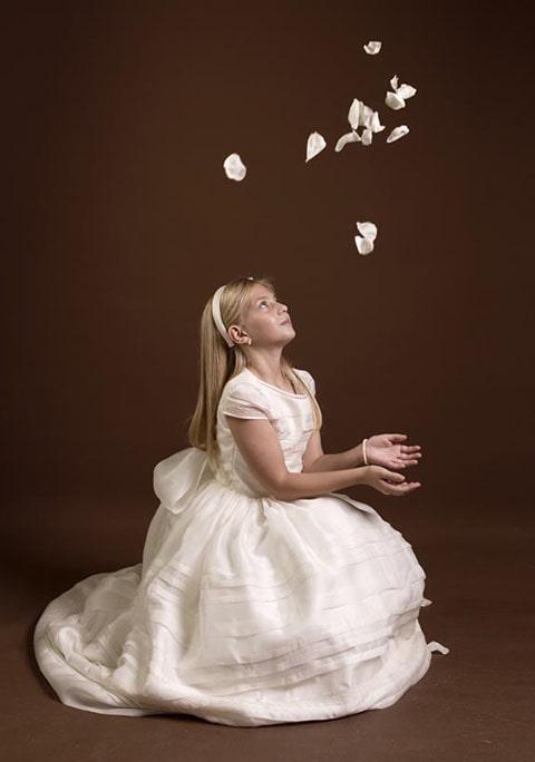 Recuerdo para primera comunión con llavero de niña rezando con paloma entre las manos, niña con vestido de primera comunión