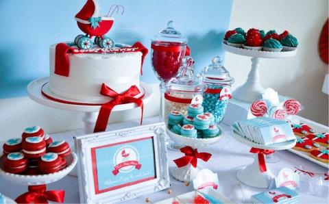 decoración de mesa de dulces con temática de carriola