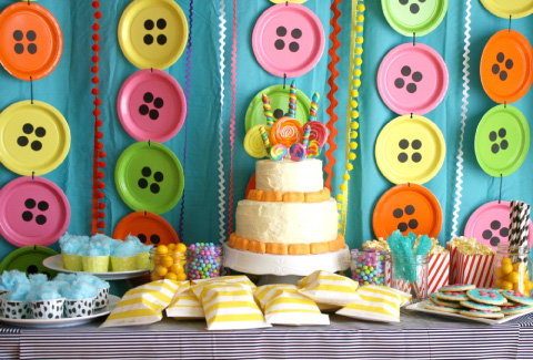mesa de dulces con temática de botoncitos para baby shower o bautizo
