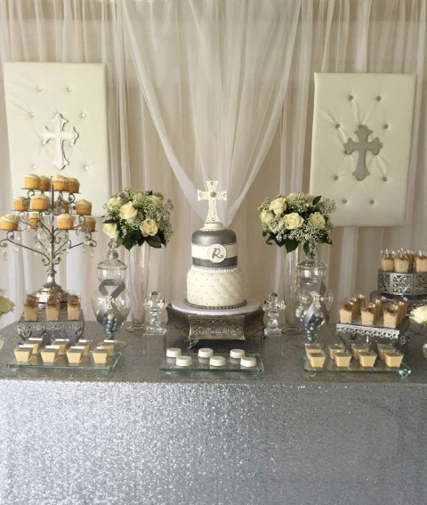 mesa de dulces elegante para bautizo en colores grises y blancos