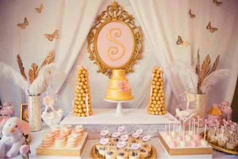 decoracion y mesa de dulces con tematica de la realeza para baby shower o bautizo
