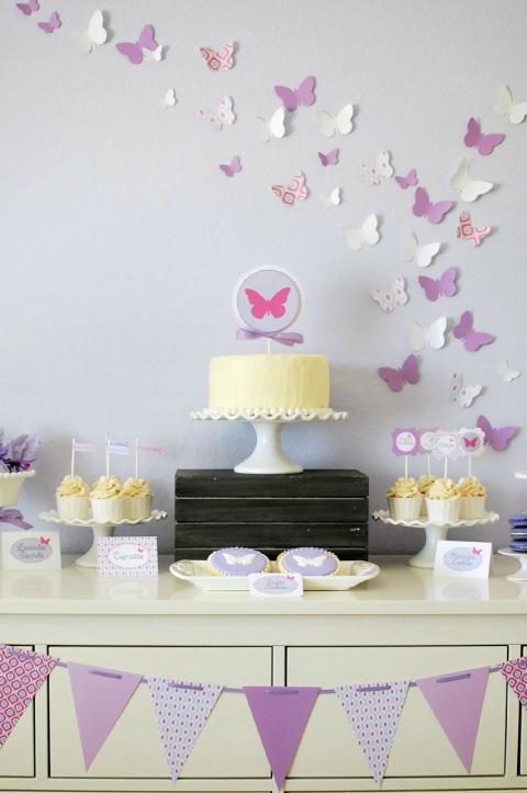 mesa de dulces para niña con decoración de mariposa