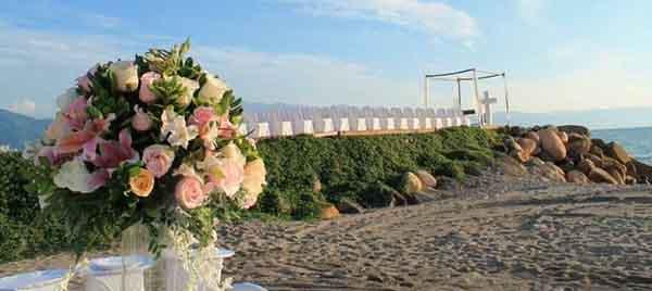 decoracion de boda en playa aire libre arena