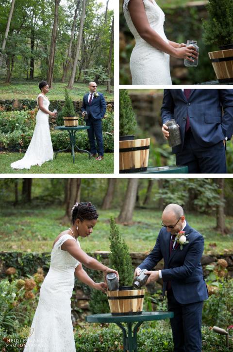 recien casados plantando árbol en su boda