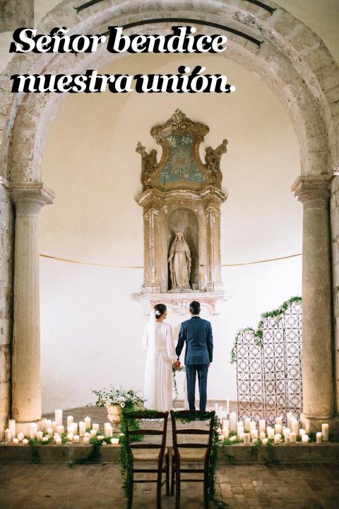 novios frente altar de la virgen de Guadalupe