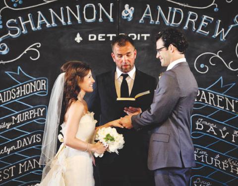Novios casandose con fondo de pizarra