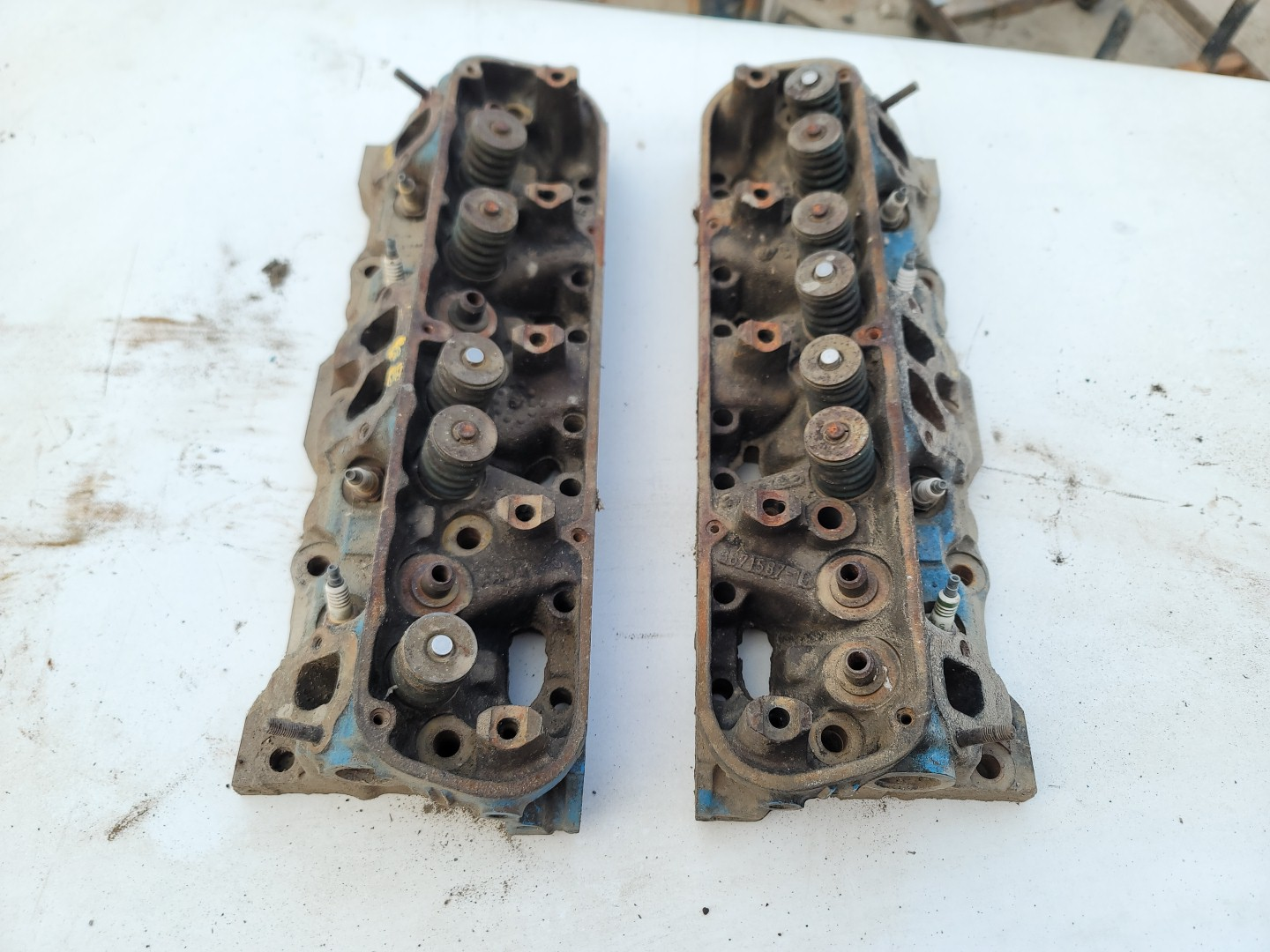 Pair of V8 cylinder head cores ready for rebuild  3671587-10