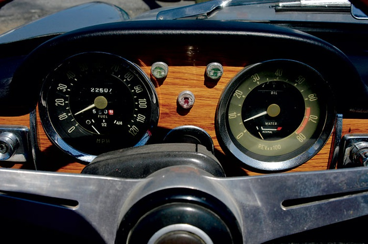 The 1500 OSCA had more complete instrumentation than the basic Fiat 1200 from which it was derived. It certainly looks elegant enough to be the conveyance of choice for an Italian count.