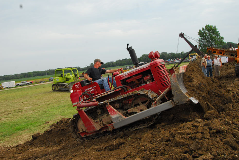 TD-9 Specs and Evolution - IH Construction Equipment - Red