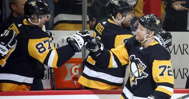 Pittsburgh Penguins center Sidney Crosby (87) congratulates right wing Patric Hornqvist (72) on his goal against the Chicago Blackhawks during the first period at PPG PAINTS Arena.