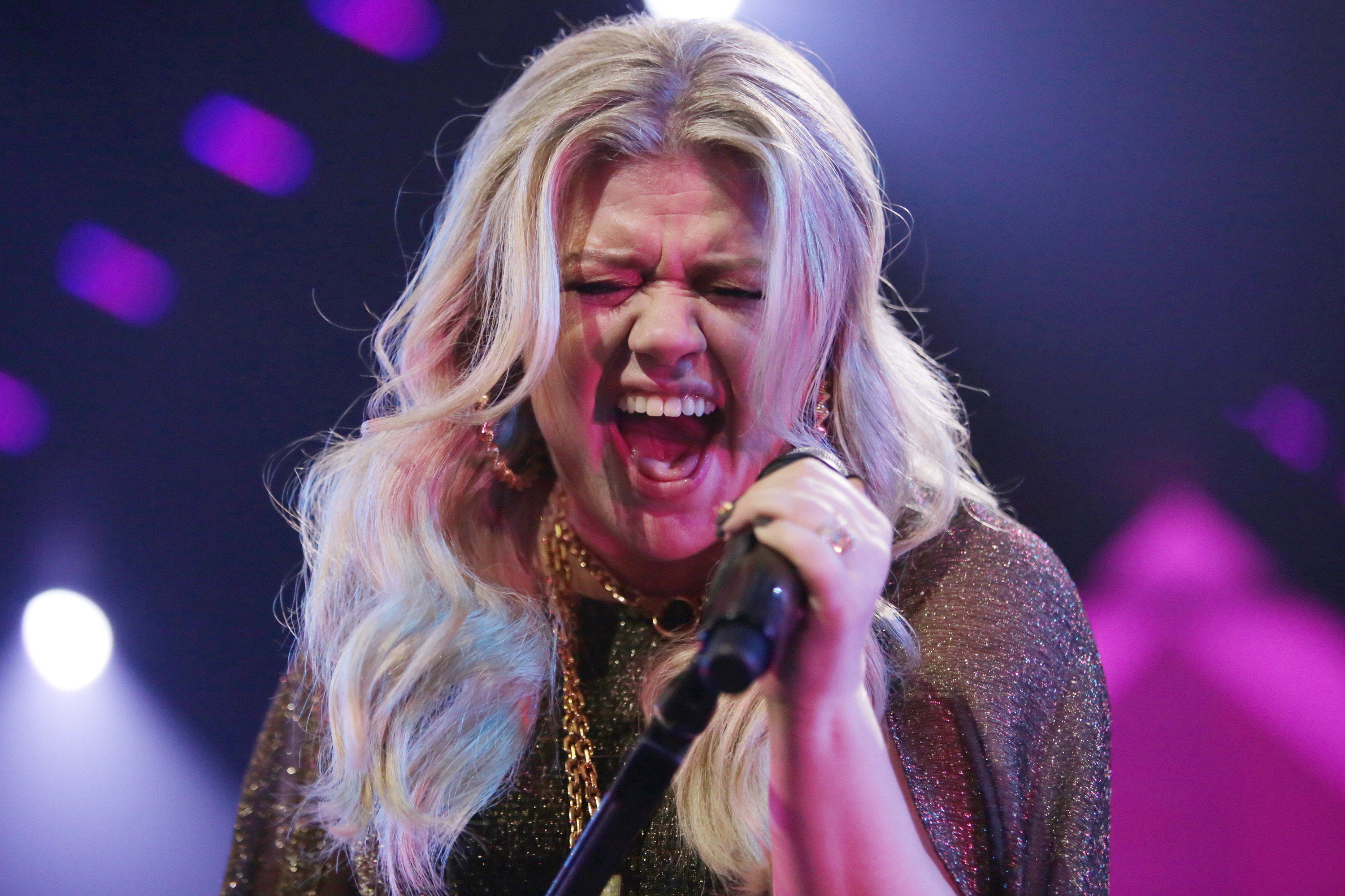 Kelly Clarkson Tells Anxious Fans, \'We Are Touring, I Swear to You ...