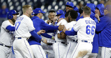 Perez's single in 10th gives Royals 2-1 win over Indians