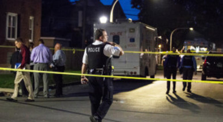 """Chicago Police investigate in the 5200 block of West Ohio, where an officer shot a man during an """"armed encounter"""" early Saturday, May 26, 2018.   Ashlee Rezin/Sun-Times"""