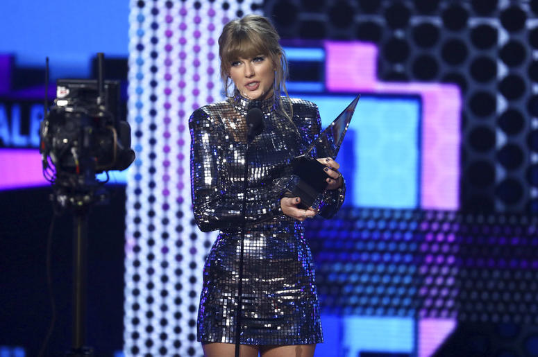 """Taylor Swift accepts the award for favorite pop/rock album for """"Reputation"""" at the American Music Awards 2018"""