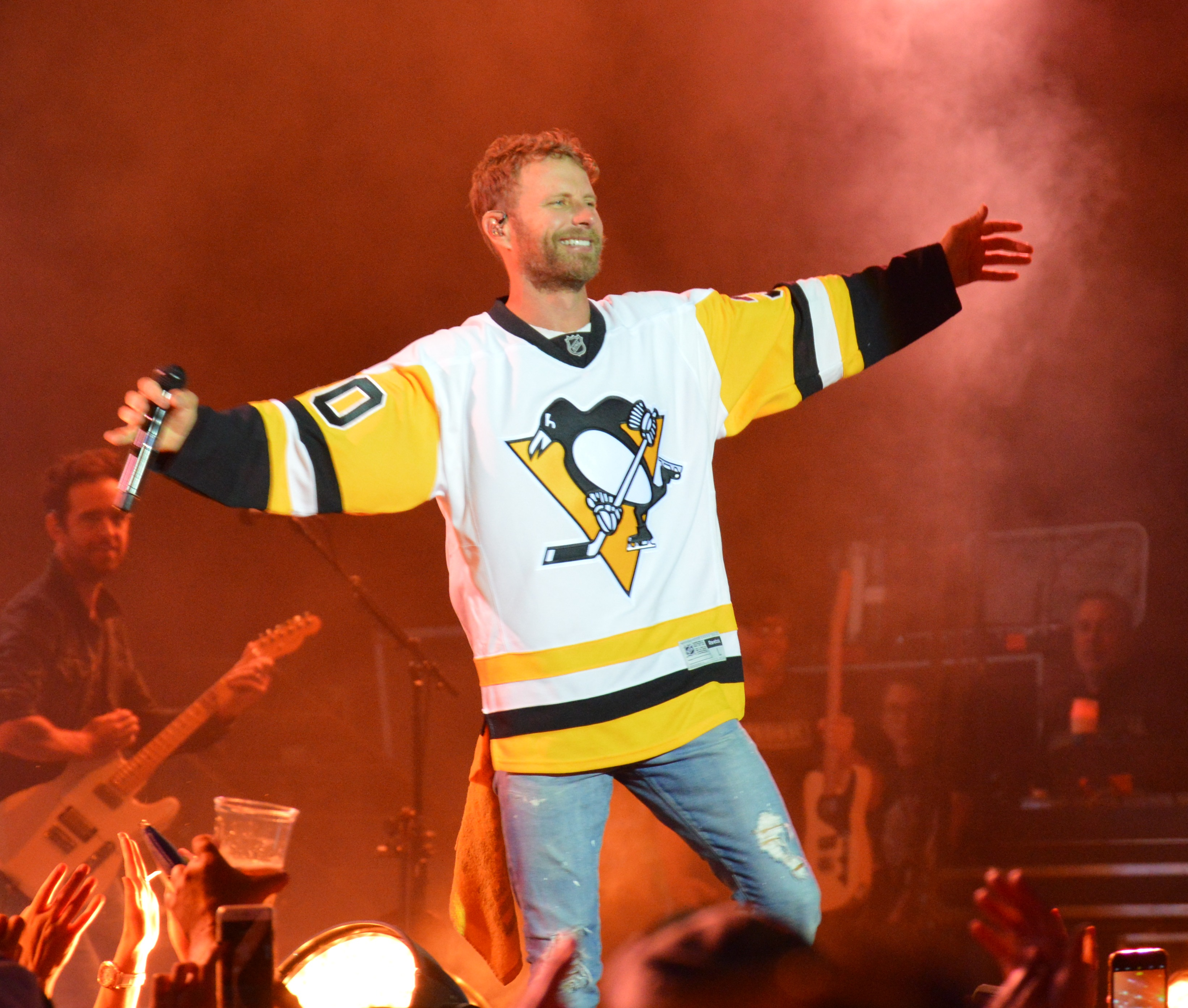attend stars dierks loses bentley bet wears stanley penguins jersey pittsburgh onstage country final cup