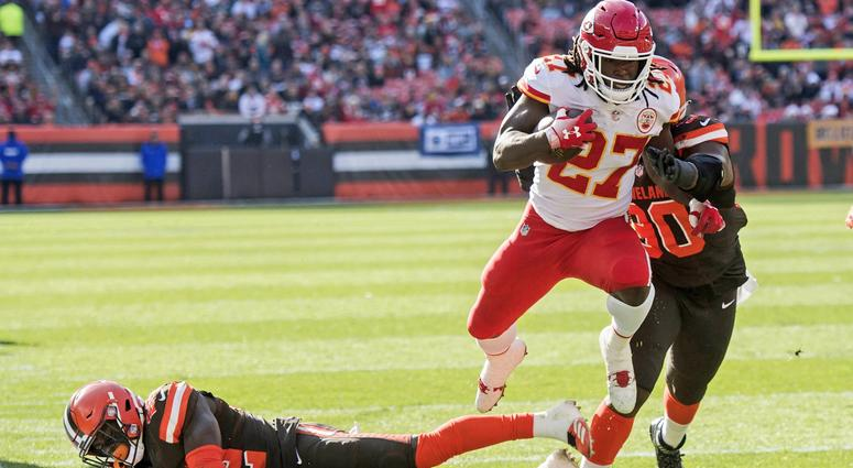 Kareem Hunt scores touchdown against Cleveland Browns