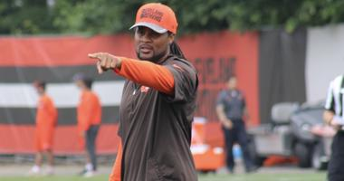 Browns special teams coaching intern and former Pro Bowl returner Josh Cribbs yells out instructions during the team's June 2018 minicamp.