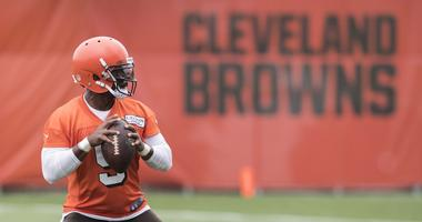 Cleveland Browns quarterback Tyrod Taylor (5) throws a pass during minicamp at the Cleveland Browns training facility.
