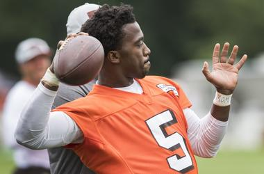 Cleveland Browns quarterback Tyrod Taylor (5) throws a pass during training camp at the Cleveland Browns Training Complex.