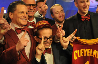 (130522) -- NEW YORK, May 22, 2013 (Xinhua) -- Nick Gilbert (2nd L, front), Cleveland Cavaliers owner Dan Gilbert's son, celebrates with his father (1st L, front) after the NBA draft lottery in New York, the United States, May 21, 2013. Nick Gilbert won t