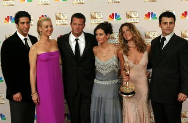 """KRT ENTERTAINMENT STORY SLUGGED: TV-EMMYS KRT PHOTOGRAPH BY MARK AVERY/ORANGE COUNTY REGISTER (September 22) LOS ANGELES, CA - The cast of """"Friends"""" (left to right) David Schwimmer, Lisa Kudrow, Matthew Perry, Courteney Cox Arquette, Jennifer Aniston and"""