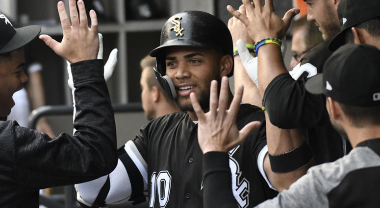 White Sox second baseman Yoan Moncada, center