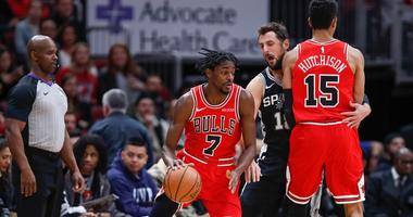 Bulls  forward Justin Holiday (7) drives past Spurs guard Marco Belinelli (18).