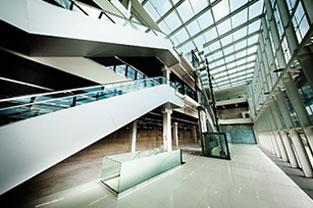 PRO MAGNO Centro de Eventos. Parte das escadas na cor branca