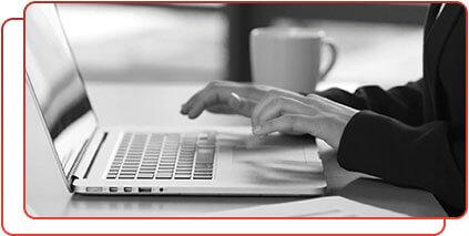Imagem de uma pessoa digitando em um laptop