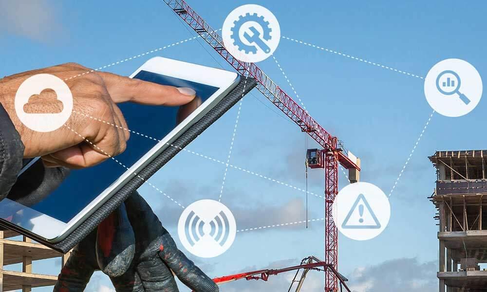 Imagem de uma pessoa usando um tablet com construção atrás