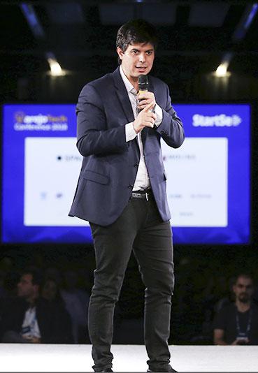 Homem palestrante no palco na última edição do VarejoTech Conference