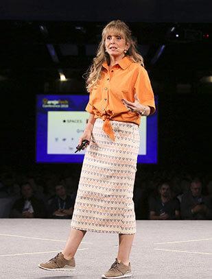 Mulher palestrante no palco da última edição do VarejoTech Conference