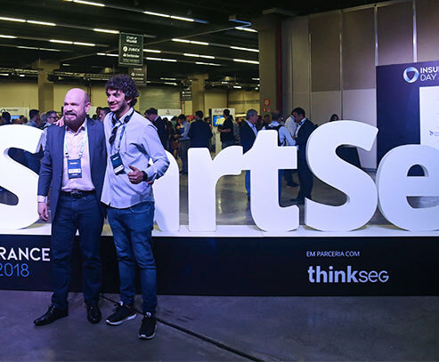 Pessoas posando para fotos em eventos da StartSe