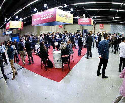 Pessoas fazendo networking num evento StartSe