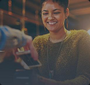 Mulher morena de blusa verde sorrindo