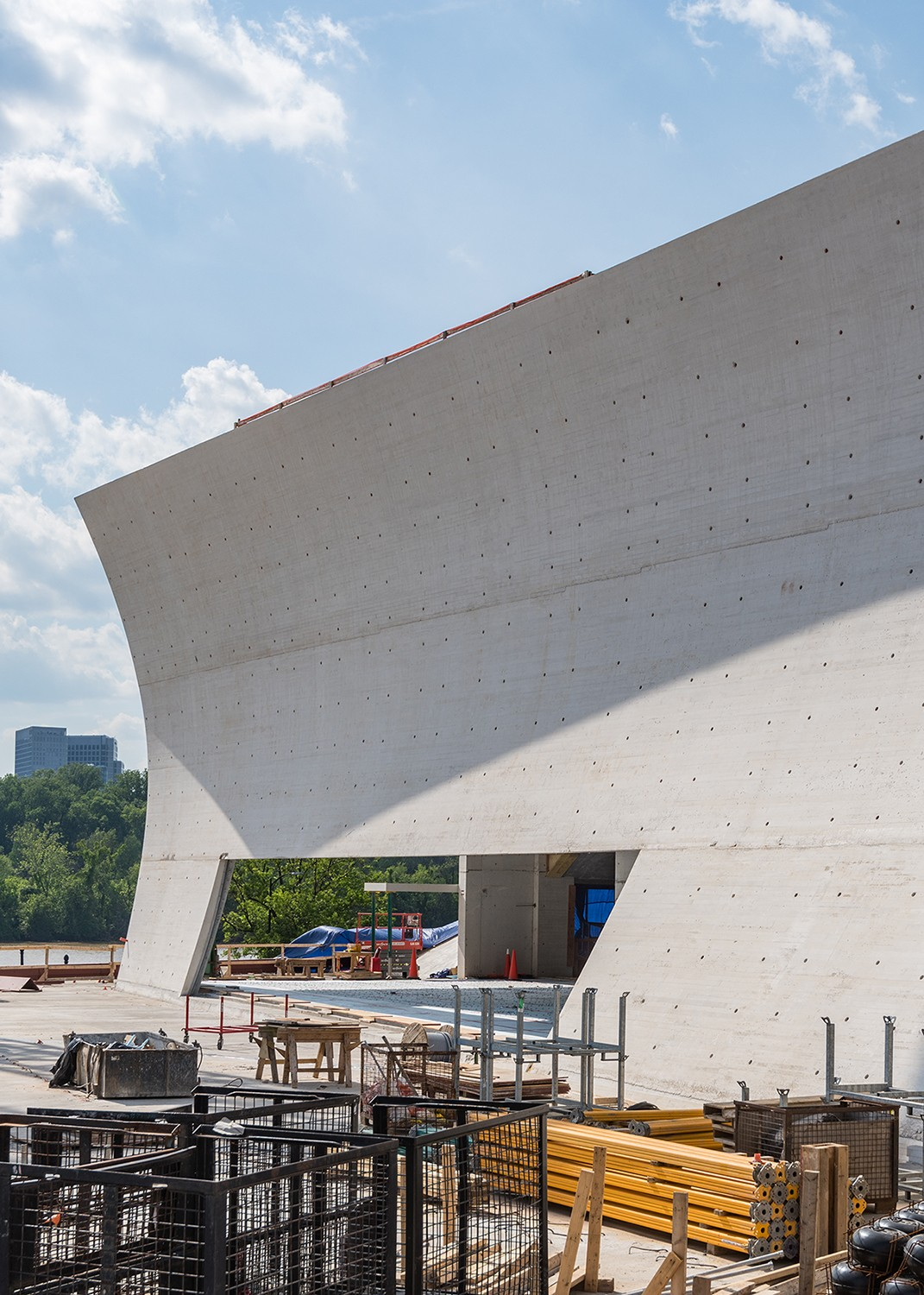 https://s3.us-east-2.amazonaws.com/steven-holl/uploads/projects/project-images/JontahanMorefield_JFK_2018_05_25-Kennedy Center Expansion-DSC_3063_WV.jpg