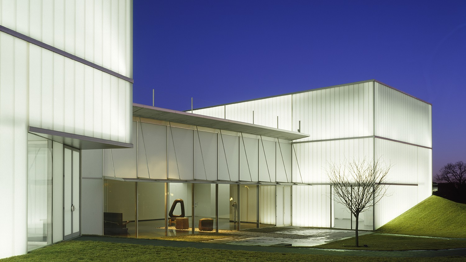 https://s3.us-east-2.amazonaws.com/steven-holl/uploads/projects/project-images/RolandHalbe_NAMA_RH1625-233 outside noguchi_WH.jpg