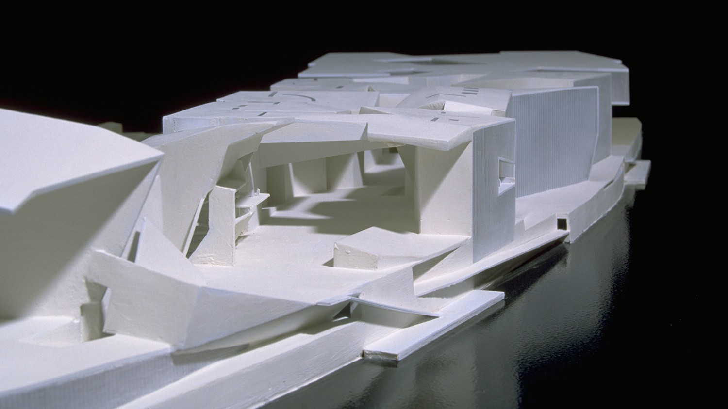 https://s3.us-east-2.amazonaws.com/steven-holl/uploads/projects/project-images/StevenHollArchitects_IleSeguin_front_WH.jpg