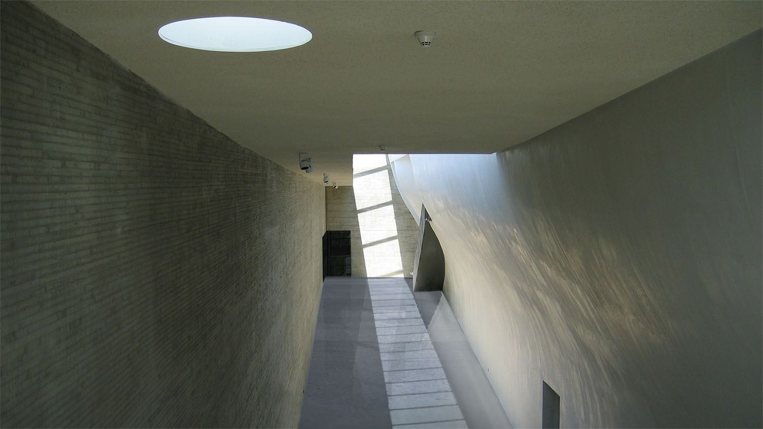 https://s3.us-east-2.amazonaws.com/steven-holl/uploads/projects/project-images/StevenHollArchitects_Whitney_Interior3_WH.jpg