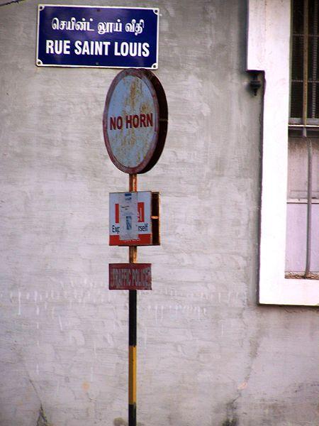 Une photo qui montre la vie trilingue à Pondichery - tamil, français et anglais.