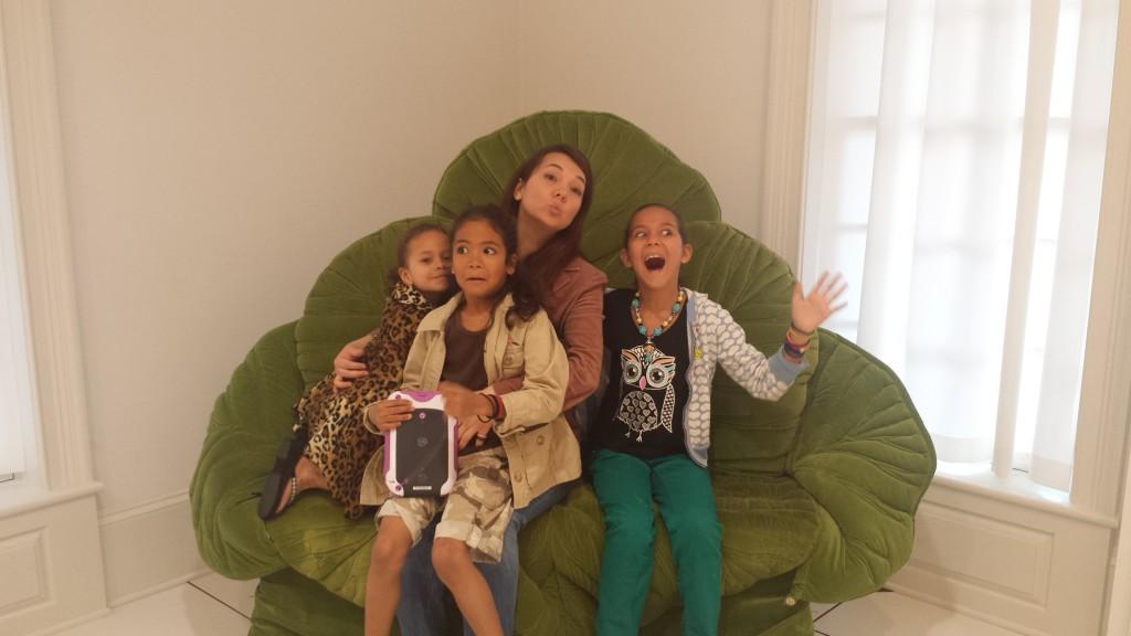 Mes nieces et ma soeur. J'ai dit: fait un grimace comme tu viennes de sortir d'un chou!