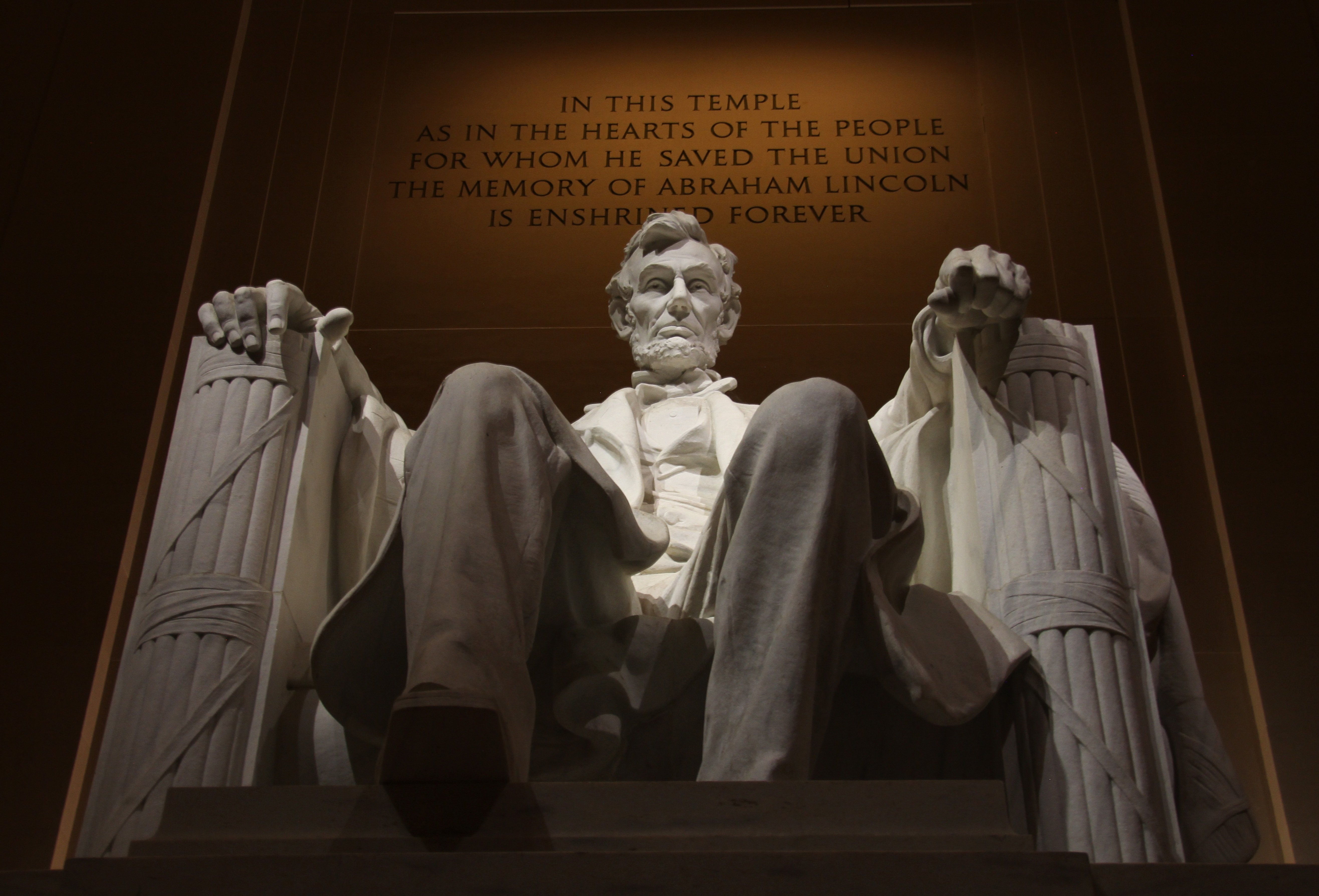 https://s3.us-east-2.amazonaws.com/withjamesbarr/genres/lincoln-statue.jpeg