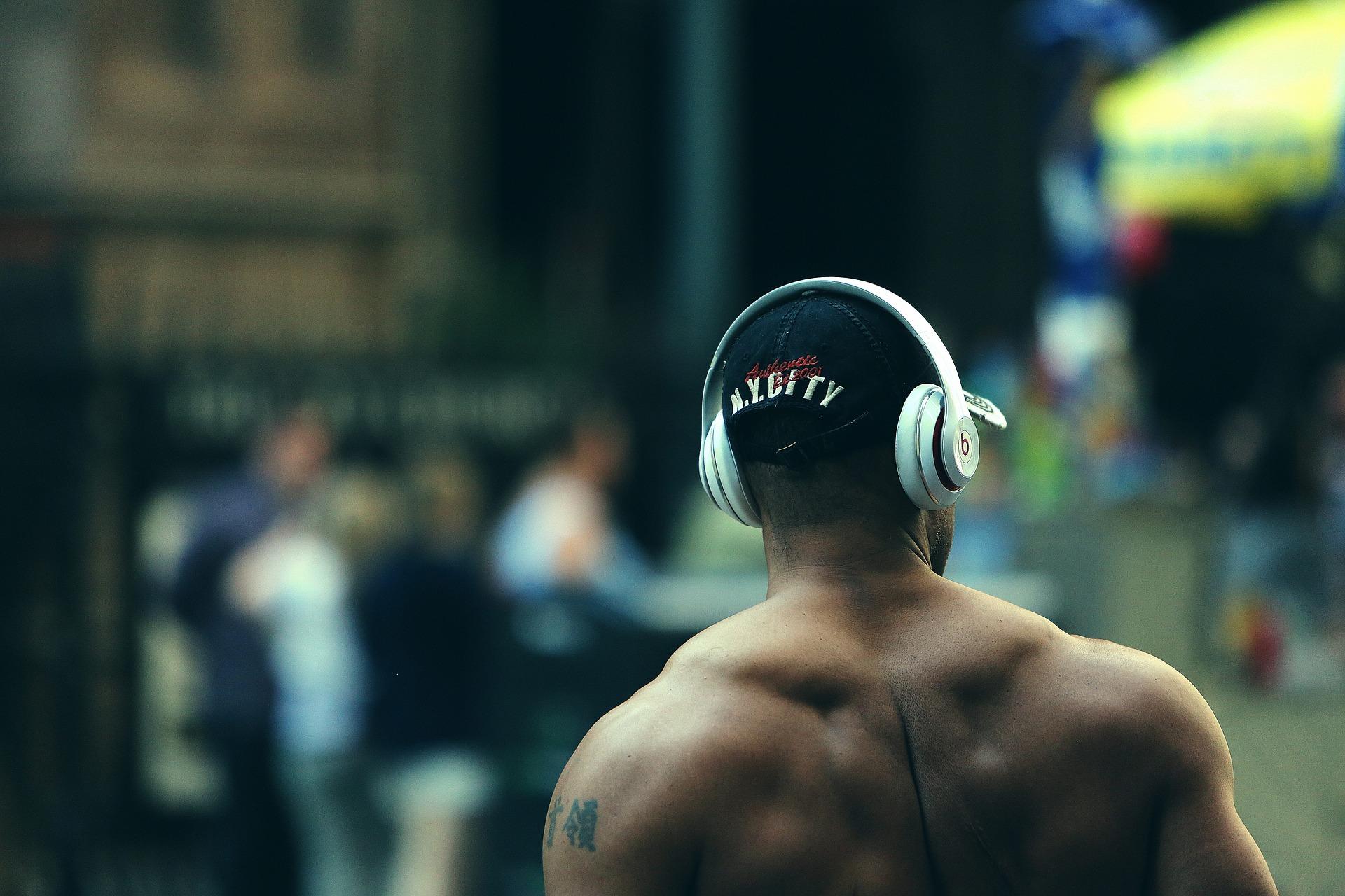 https://s3.us-east-2.amazonaws.com/withjamesbarr/genres/workout-headphones.jpg
